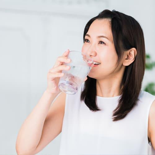 人 たくさん 水 を 飲む 「水をたくさん飲むと体に良い」は嘘だった?